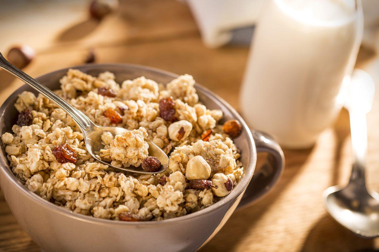 Domowa granola. Przepis na zdrowe śniadanie.