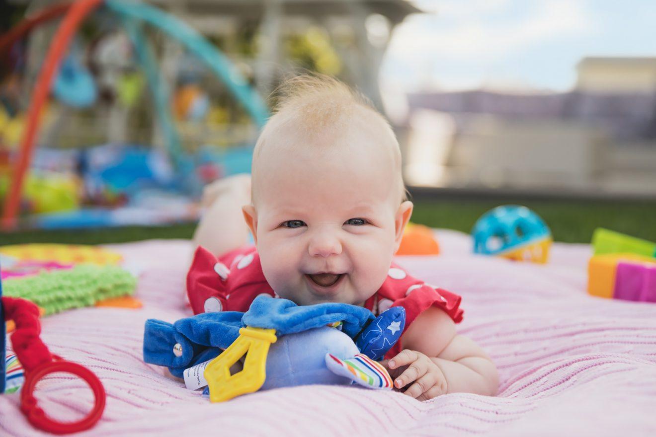 14 niedrogich (i jakościowych!) zabawek dla niemowlaka